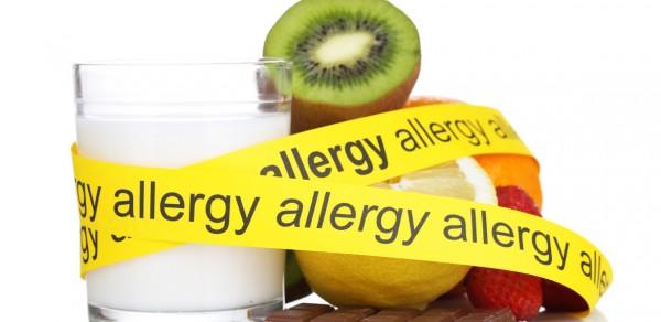 """Alimentos identificados como alergênicos, como leite, kiwi, etc... acompanhdados de uma fita de segurança anunciando :""""allergy""""!"""