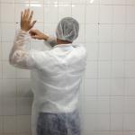 Riscos da paramentação incompleta na produção de alimentos